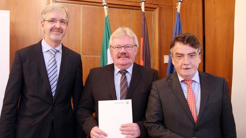 Regionale2016 Übergabe Förderbescheid von Minister Groschek, Dezember 2014