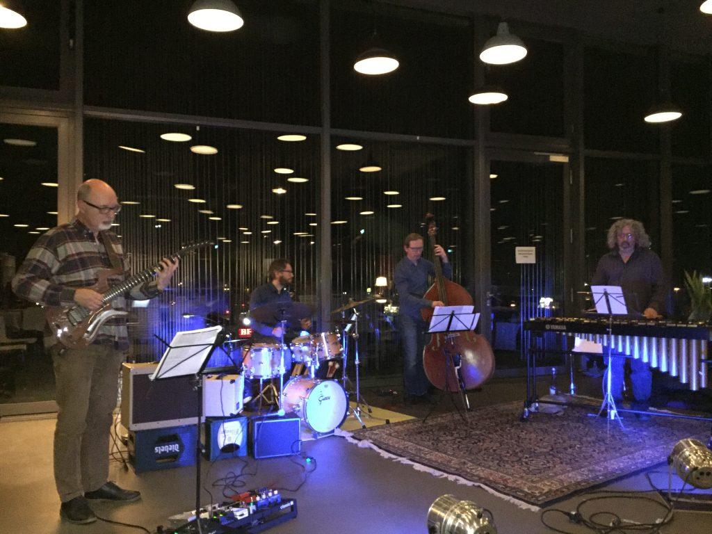 Christian Hassenstein, Gitarre, Volker Heinze, Bass, René Marx, Schlagzeug und als Gastkünstler Tony Miceli, Vibraphone im März 2019