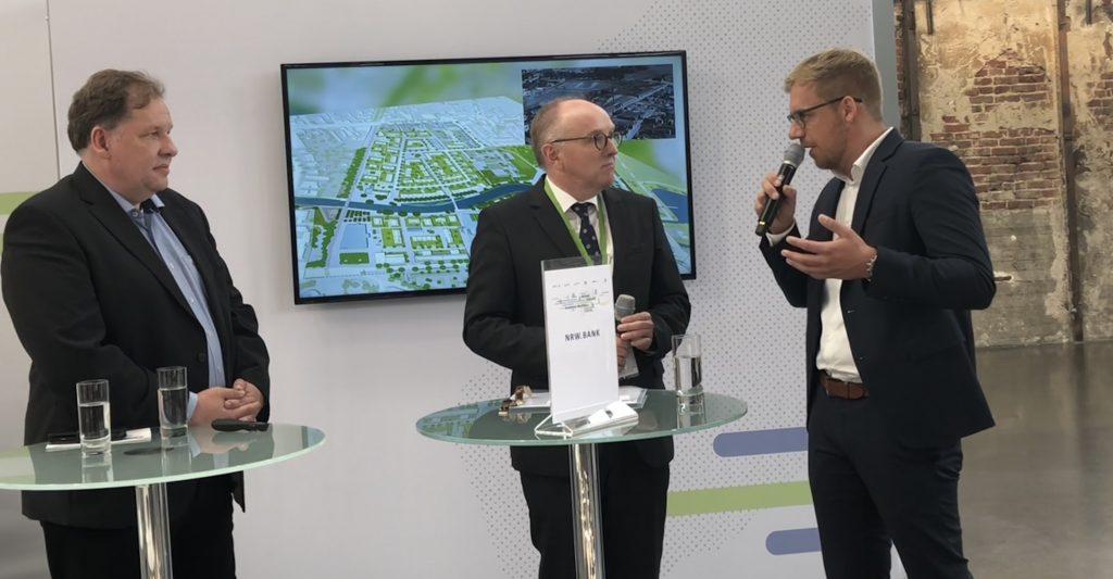 SQB-Geschäftsführer Peter Tautz (links) und Stadtbaurat Daniel Zöhler (rechts) in Diskussion mit Moderator Dr. Jörg Hopfe (NRW.Bank) auf der Polis Convention 2018