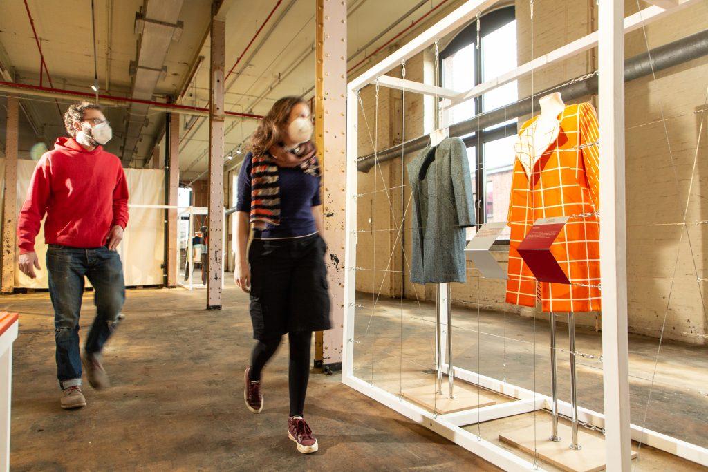 Blick in die Ausstellung use-less in der Spinnerei im TextilWerk Bocholt. Foto: LWL / Betz