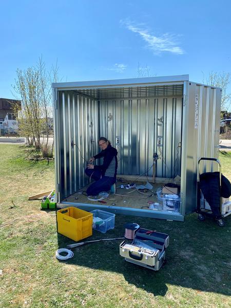 """Die Künstlerin Frauke Eckhardt bei der Installation """"global drifting"""" in ihrem Klangcontainer für SOUNDSEEING auf dem kubaai-Gelände (Foto: Petra Taubach)."""